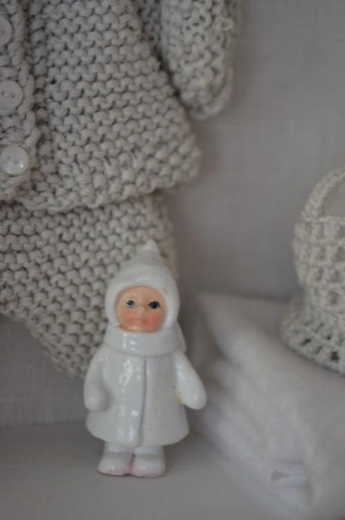 Tämä pikku figuriini oli lumisadepalon sisällä, mutta pallo hajosi. Tyttö muistuttaa Purkkaa.