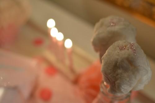 Tytöt saivat aamulla pienet hattarapallerot jotka koristelin vaalenapunaisella syötävällä glitterillä. Hattaran unelmien täyttymys!