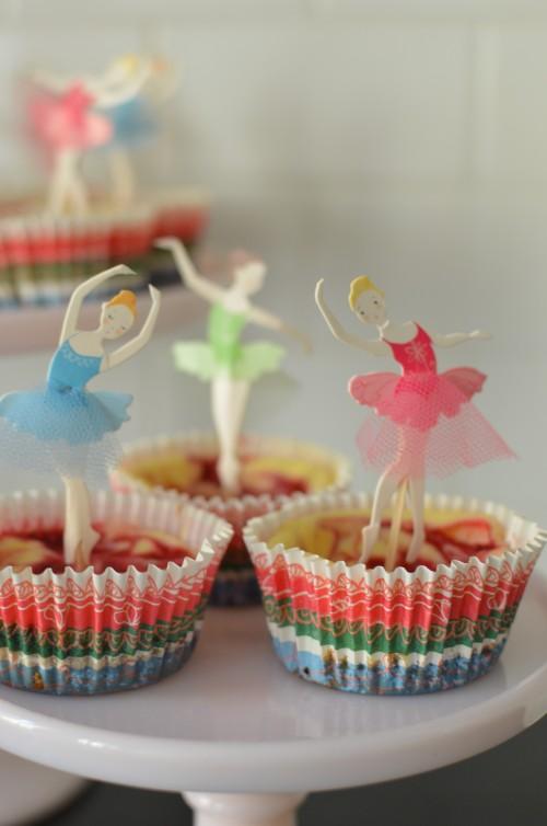 Hattara asetteli ballerinat kakkujen päälle tanssimaan.