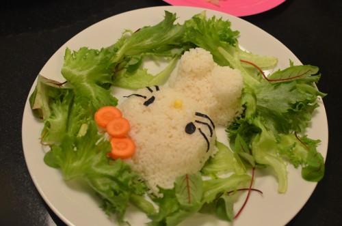 Tein sushiriisistä silikonimuotilla Hello Kittyn. Rusetti syntyi porkkanasta, silmät ja viikset nori-levästä ja nenä maissinjyvästä.
